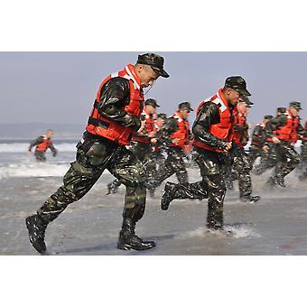 Étudiants en base sous-marine DemolitionSEAL participent à un exercice de passage surf Poster Print