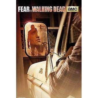 Fear The Walking Dead Poster Zombie im Rückspiegel Travis Manawa (Cliff Curtis).