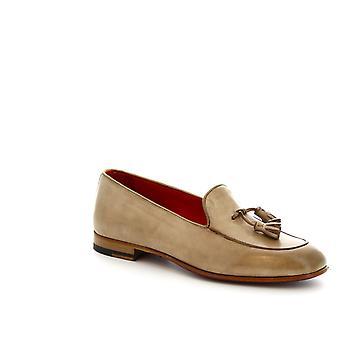 Leonardo skor kvinnors handgjorda tassel loafers i beige kalvskinn
