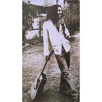 Bob Marley inclinada apoyado en guitarra Poster Poster Print