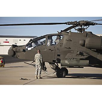 Eine Crew Chief schaut zu, wie Piloten für ihre Mission in einem AH - 64D Apache Longbow bereiten Sie während des Trainings Angel Thunder 2013 Poster Print
