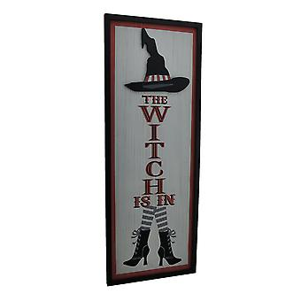 Die Hexe ist im dekorativen Holz-Wandbehang