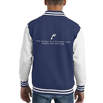 Die Reise von tausend Meilen beginnt mit einen Schritt Lao Tzu Zitat Kid Varsity Jacket