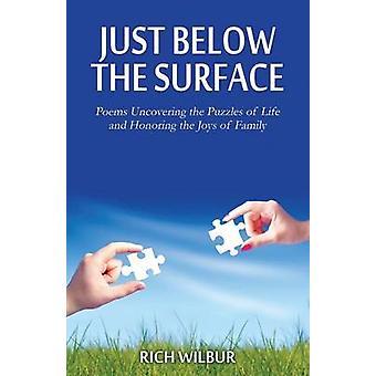 Juste en dessous des Surface poèmes découvrant les énigmes de la vie et en honorant les joies de la famille de Wilbur & Rich