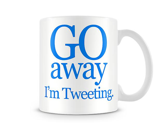 Gå bort Im Tweeting tryckta mugg