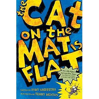 Le chat sur le tapis est plat