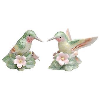 Pássaros verdes do par do colibri que sentam-se em flores cor-de-rosa