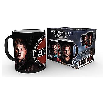 Übernatürliche Sam und Dean heizen sich verändernden Mug