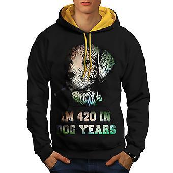 42 de hond jaar onkruid mannen zwart (gouden kap) Contrast Hoodie | Wellcoda