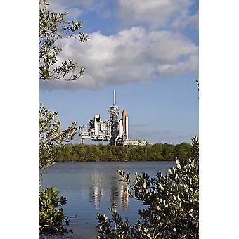 Space Shuttle Atlantis sitzt auf der Startrampe Poster drucken bereit