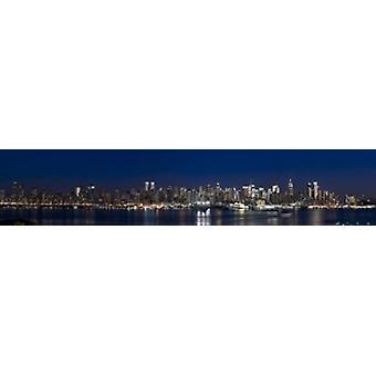 Gebäude in einer Stadt leuchtet in der Dämmerung Hudson River Midtown Manhattan Manhattan New York City New York State USA Poster Print