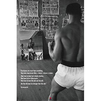 Muhammad Ali im Fitnessraum mit Spiegel-Plakat-Druck (24 x 36)