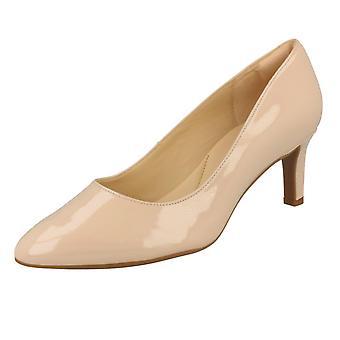 Дамы Clarks текстурированной суд обувь Калла Роуз - крем патент - размер 6,5 D UK - ЕС размер 40 - США размер 9M