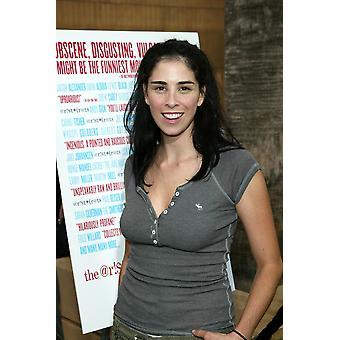 Sarah Silverman en salidas para los aristócratas Premiere la foto teatro egipcio Los Angeles Ca 20 de julio de 2005 por el famoso colección de Jeremy MontemagniEverett