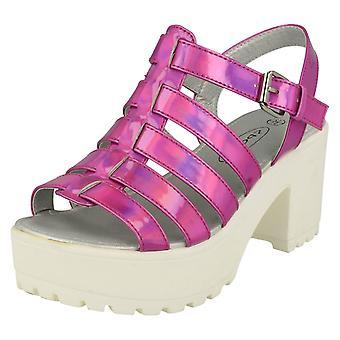 Mädchen-Spot auf Gladiator Keil Sandale