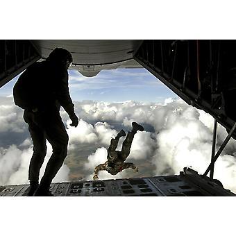 24. September 2008 - Pararescuemen springen hinten aus einer c-130 Hercules Jump Training über Südwesten Deutschland Poster Print