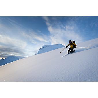 المتزحلق تزلج الثلج المسحوق أعلاه تمرير طومسون في جبل الفتيات بالقرب من الشتاء الجبال كوجك فالديز في ألاسكا ساوثسينترال ملصق طباعة بالأسهم جو تصميم بلدان جزر المحيط الهادئ