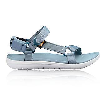 Sanborn Universal Teva feminina andando de sandália