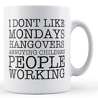 Jag gillar inte måndagar baksmälla... -Tryckt mugg