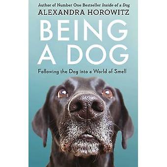 Sendo um cão - o cão a seguir em um mundo de cheiro por Alexandra Hor