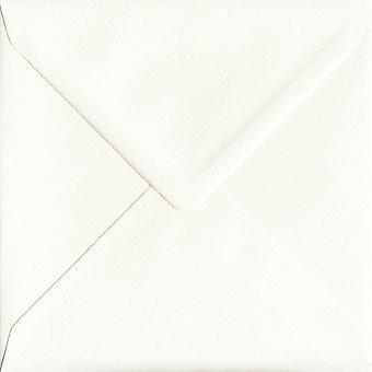 Elfenben silke gummerat 155mm fyrkantig färgade elfenben kuvert. 110gsm GF Smith Accent papper. 155 mm x 155 mm. bankir stil kuvert.
