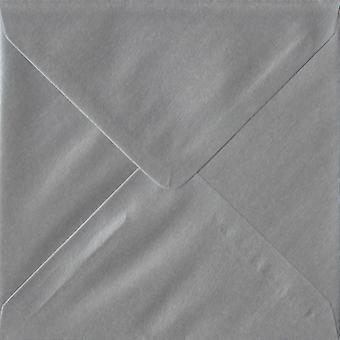 Gummerat 130 mm fyrkantig silverfärgad Silver kuvert. 100gsm FSC hållbart papper. 130 mm x 130 mm. bankir stil kuvert.