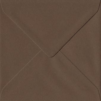 Chokladbrun gummerat 155mm fyrkantig färgade brunt kuvert. 100gsm GF Smith Colorplan papper. 155 mm x 155 mm. bankir stil kuvert.