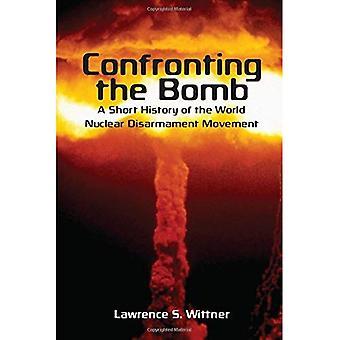 Confrontarsi con la bomba: una breve storia del movimento di disarmo nucleare del mondo (Stanford era nucleare serie)